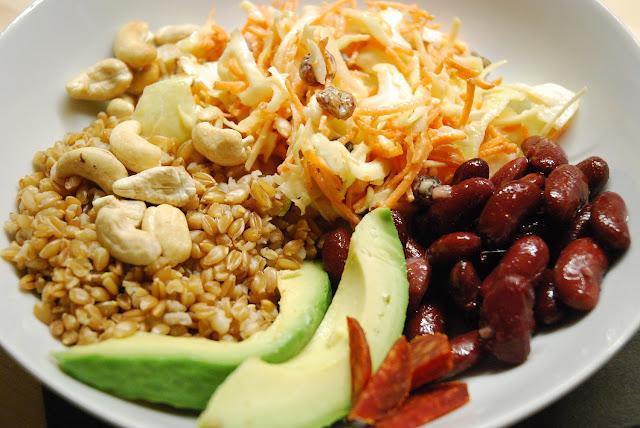 Buddha bowl épeautre-avocat-haricots rouges-coleslaw-cajou-chorizo
