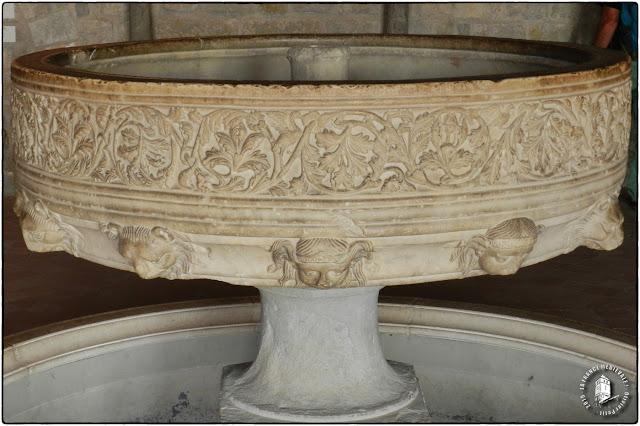 Fontaine d'ablution romane de l'abbaye de Lagrasse