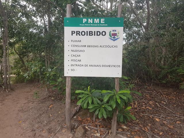 Placa de orientação do Parque Natural Municipal do Espalhado em Ibicoara. (Foto Rodrigo Anjos/Ibicoara de Todos)