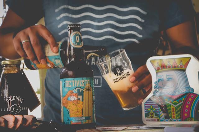 Cerveja Session Ipa sendo colocada no copo pint