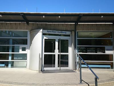 Eingangstür zum Hallenbad Heidberg,