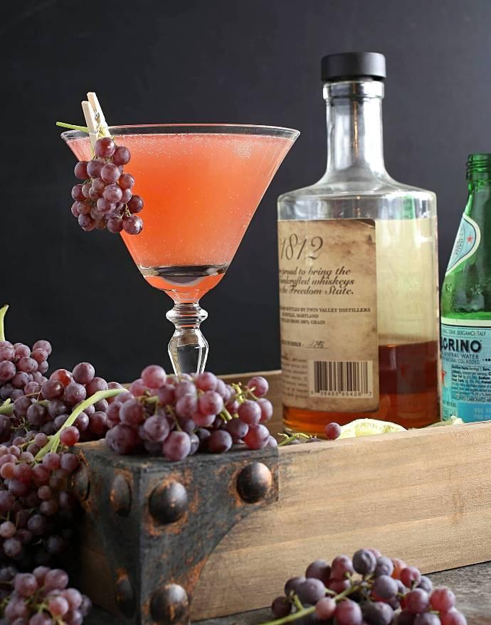 Recipe for a bourbon cocktail flavored with fresh grapes, lemon and elderflower liqueur.