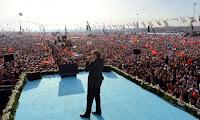 Kalabalık dev bir miting de Cumhurbaşkanı konuşma yaparken