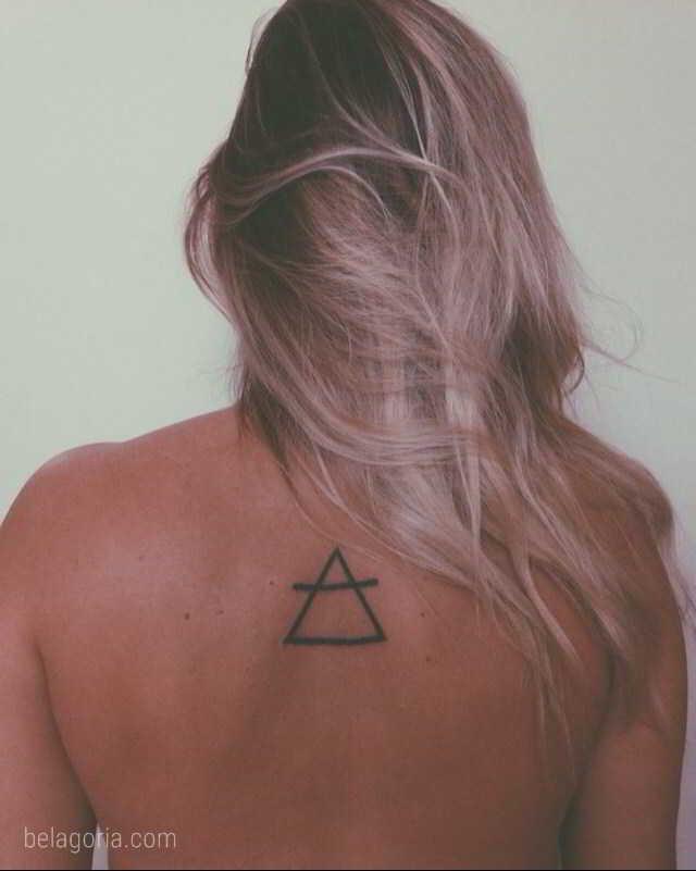 Chica con tatuajes de triángulos glifos