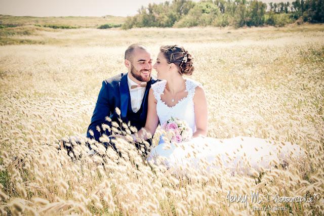 portrait couple des mariés, photo dans dunes, plage de la paracou