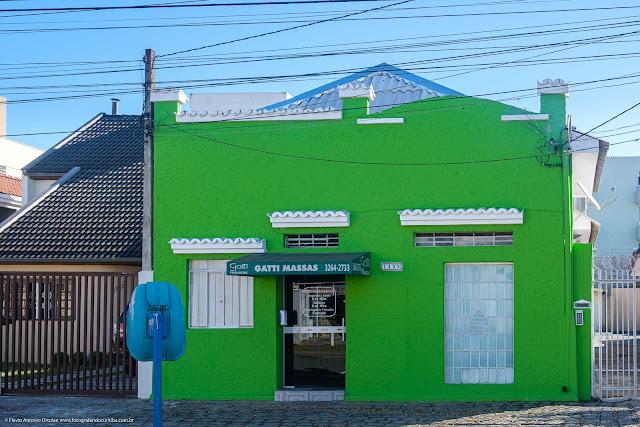 Casa com platibanda pintada de verde