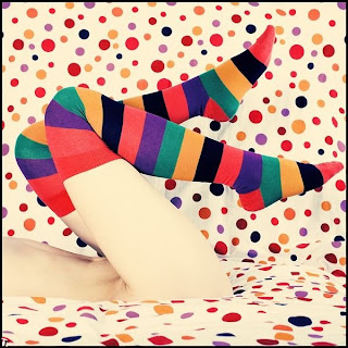 Cuerpo de mujer con medias de colores