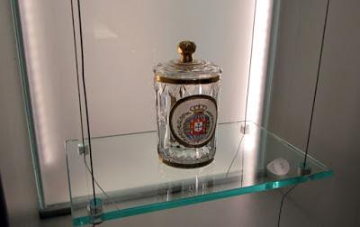 vitrine com peça de vidro e emblema da realeza portuguesa