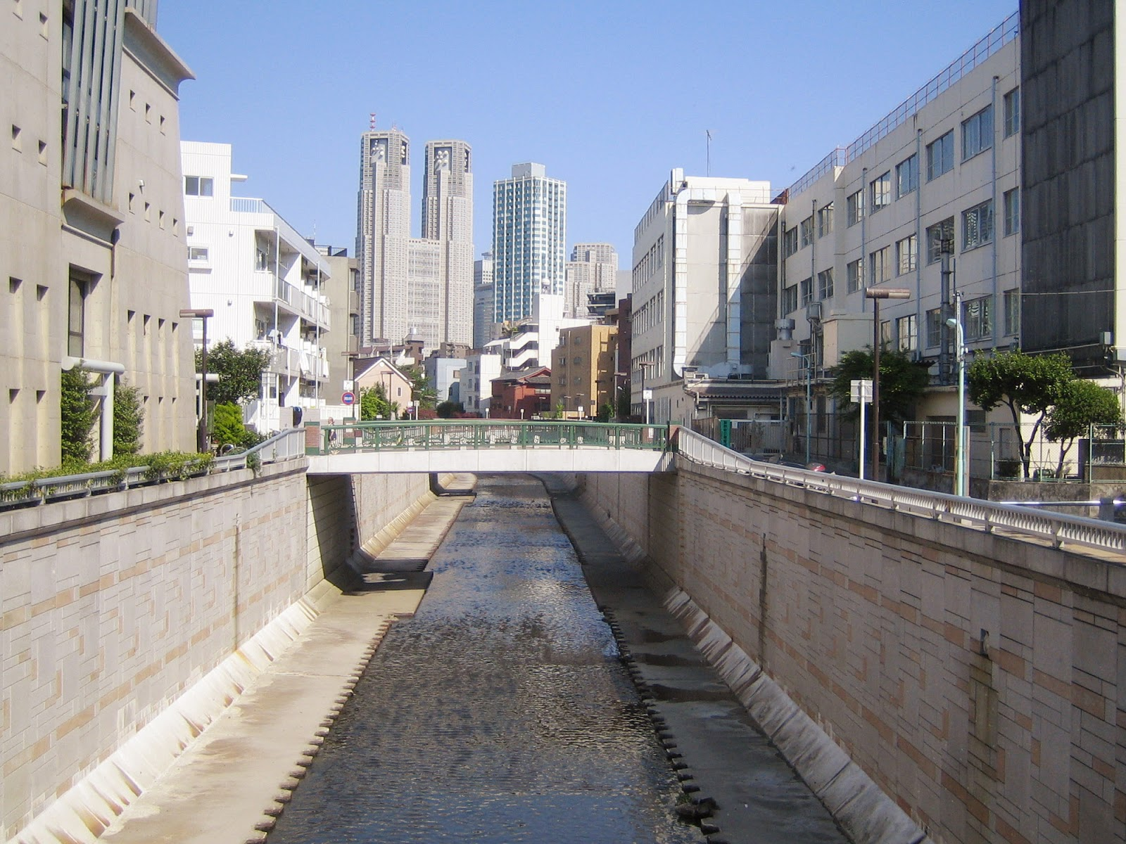東京都中野区の街中を流れる神田川