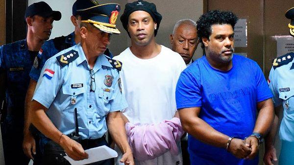 Ronaldinho se diz surpreso em primeira entrevista desde prisão no Paraguai