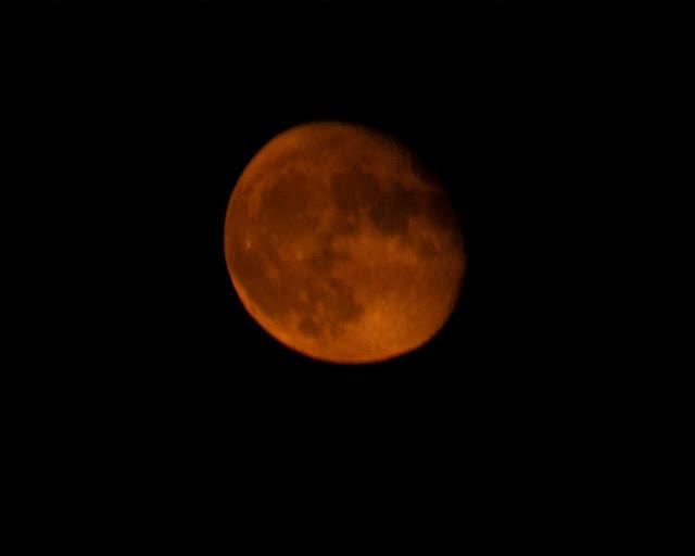 Misfocused post full moon near horizon, DSLR, 300mm, 1/15 second (Source: Palmia Observatory)