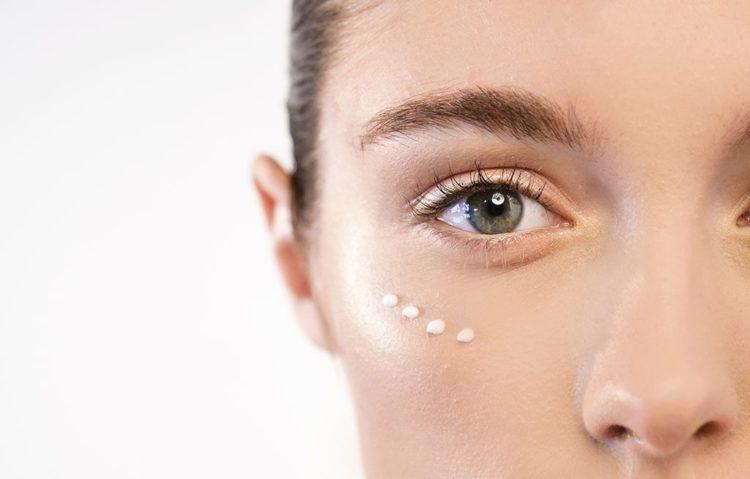 Dưỡng ẩm da vùng mắt thường xuyên giúp giảm nếp chân chim vùng mắt