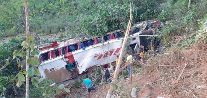 Ônibus cai em barranco na BR-222, no Maranhão