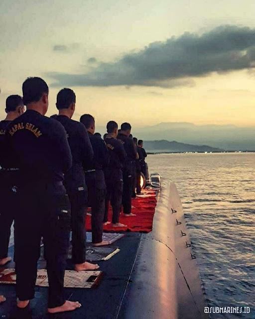 Shalat di Atas Kapal Selam, Prajurit TNI Ini Membuat Warganet Trenyuh