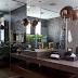 Banheiro integrado ao closet preto e marrom com seixos, penteadeira e piso de madeira!