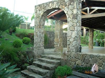 Pilares de pedra, com pedra moledo, para execução da garagem com o pórtico de pedra, as escadas de pedra e o muro de pedra.