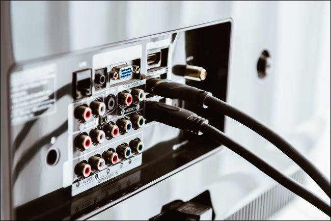 كبلات HDMI متصلة بالجزء الخلفي من جهاز التلفزيون.