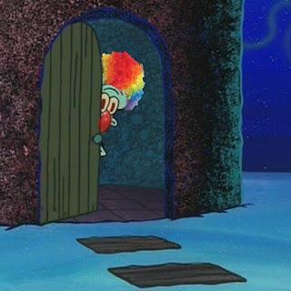 Polosan meme badut / clown 14 - Squidward jadi badut, mengintip dari balik pintu rumahnya