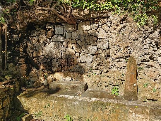 江洲按司(えすあんじ)の御墓の写真