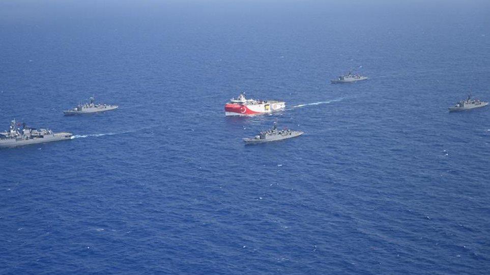 Προκαλούν οι Τούρκοι: Έδωσαν φωτογραφίες του Oruc Reis με πολεμικά πλοία