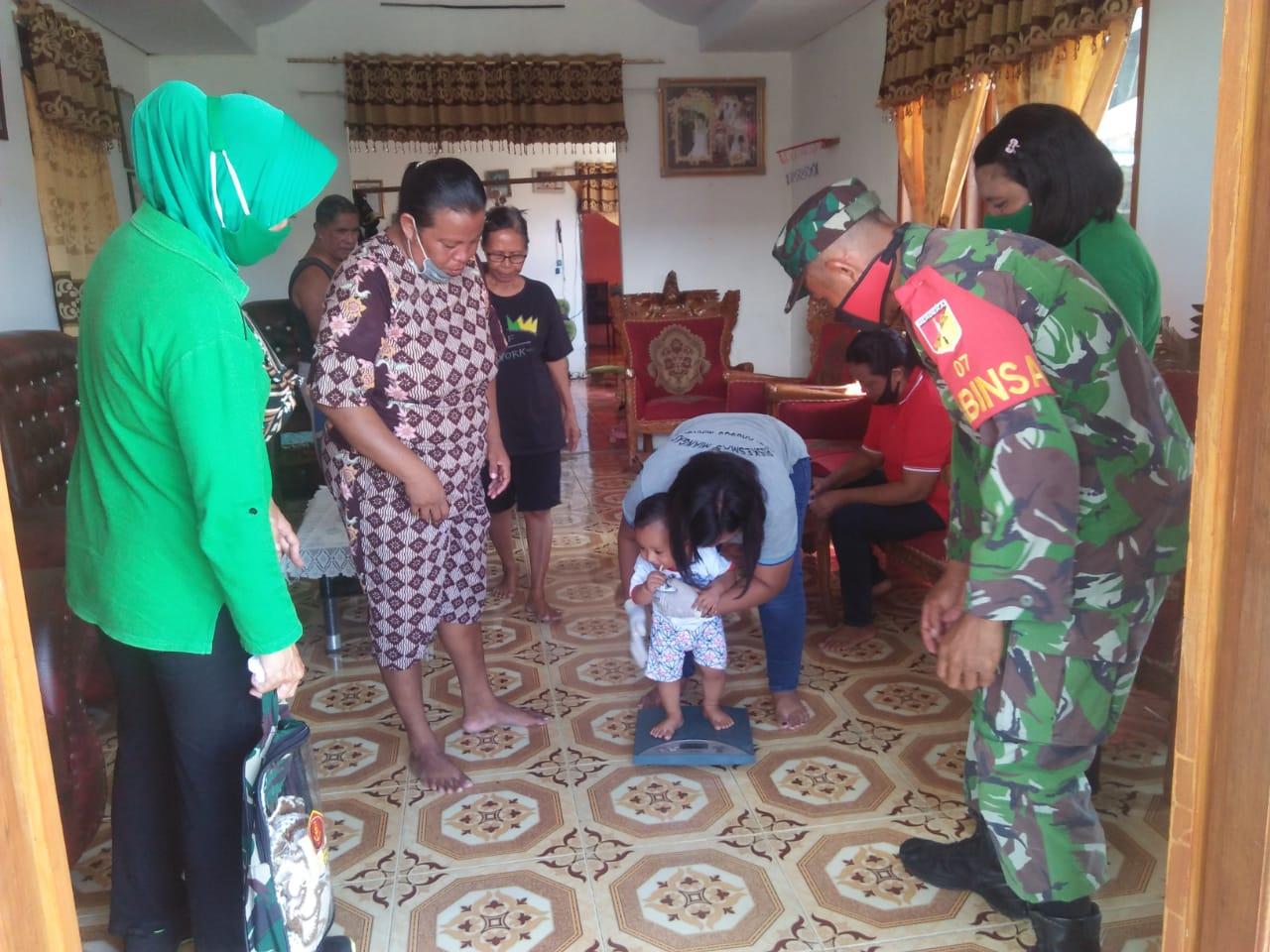 Babinsa dan Persit Koramil 07/Miangas Peduli Balita dan Ibu Hamil