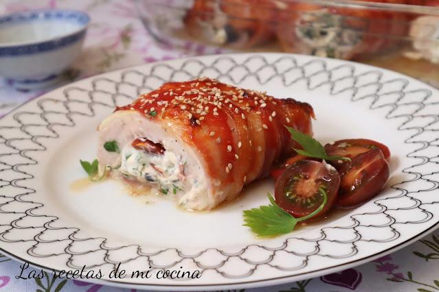 Pechuga de pollo rellena y envuelta en beicon
