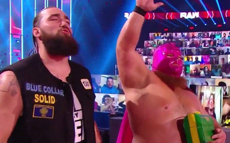 Otis aparece com máscara e capa no WWE RAW