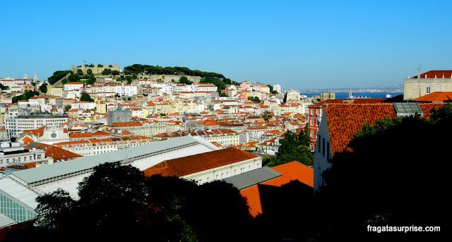 O entardecer em Lisboa visto do Miradouro de São Pedro de Alcântara, no Bairro Alto