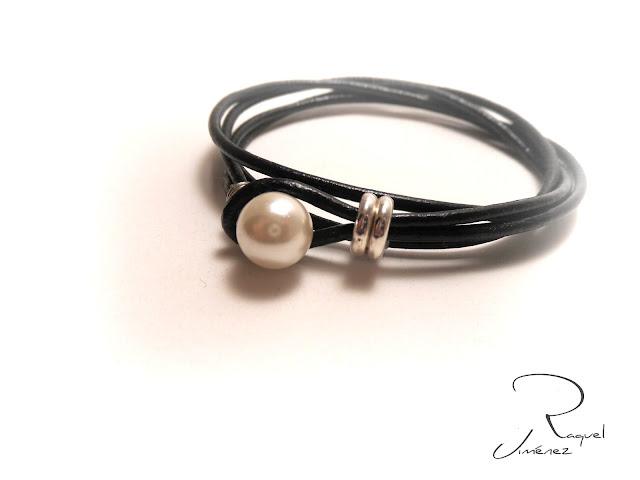 pulsera cuero negro y perla blanca