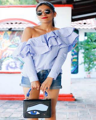 outfit de verano casual con blusa de rayas con vuelo en el hombro