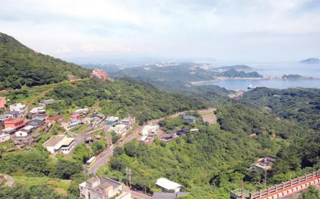 Jiufen is a village leaning on the mountain and facing the sea.