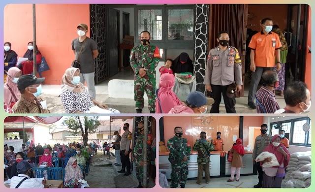 Pastikan Aman, Pembagian BST  Dikawal Personil TNI-Polri