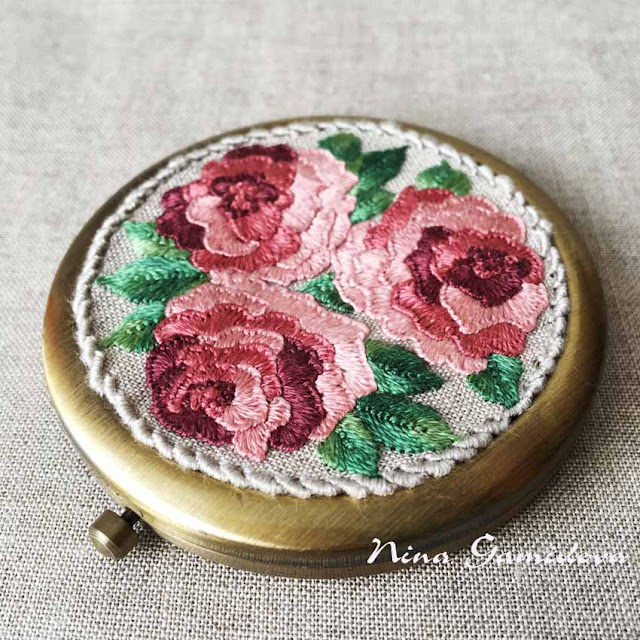 вышитые розы на крышечке зеркала