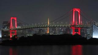 赤くライトアップされるレインボーブリッジ