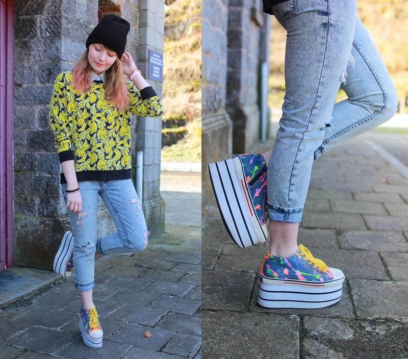 Tenue avec un pull imprimé banane, un jeans troué et des chaussures à plateformes multicolor