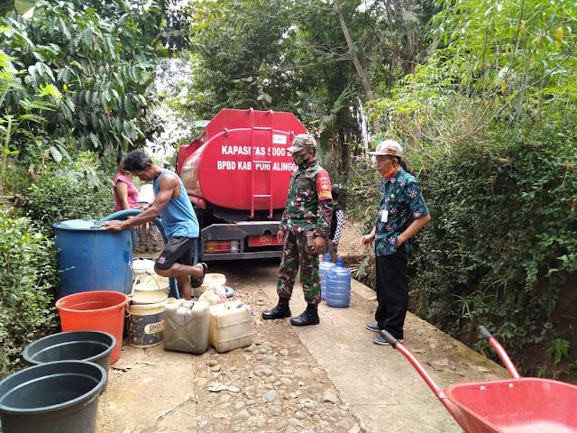 Babinsa Bantu Penyaluran Air Bersih Untuk Warga Terdampak Kekeringan di Kemangkon