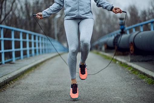9 Manfaat Bermain Skipping atau Lompat Tali yang Rutin dilakukan