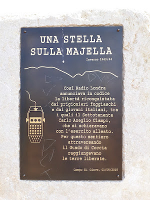 """La stele commemorativa """"Una stella sulla Majella"""" posta sul sentiero che conduce a Monte Coccia che è stata danneggiata"""