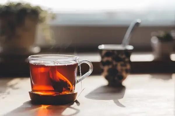 gunakan teh untuk meredakan nyeri pada gusi bengkak akibat gigi berlubang