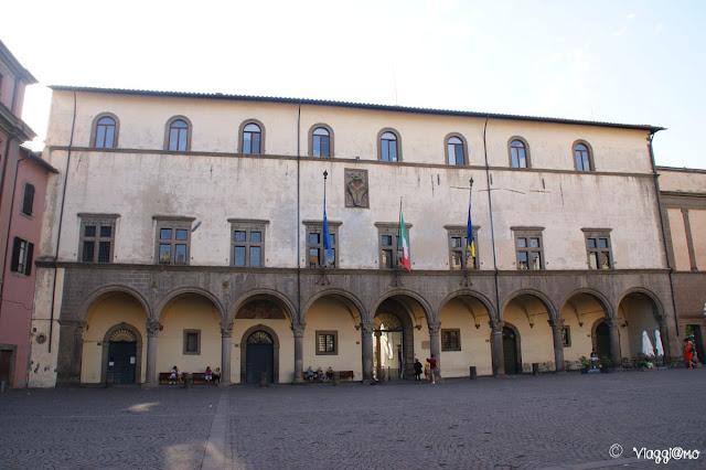 La piazza del Plebiscito ospita il Palazzo del Comune e della Prefettura