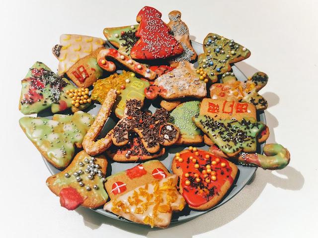na zdjęciu talerz z udekorowanymi kolorowymi piernikami świątecznymi