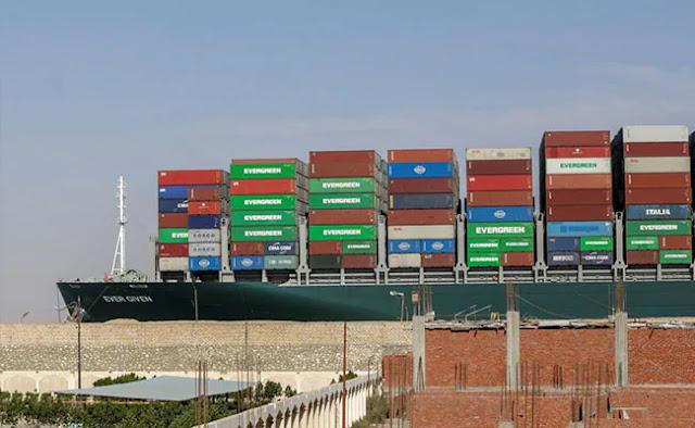 La nave Ever Given, una delle più grandi navi container del mondo, è vista dopo essere stata fatta galleggiare completamente nel Canale di Suez, in Egitto