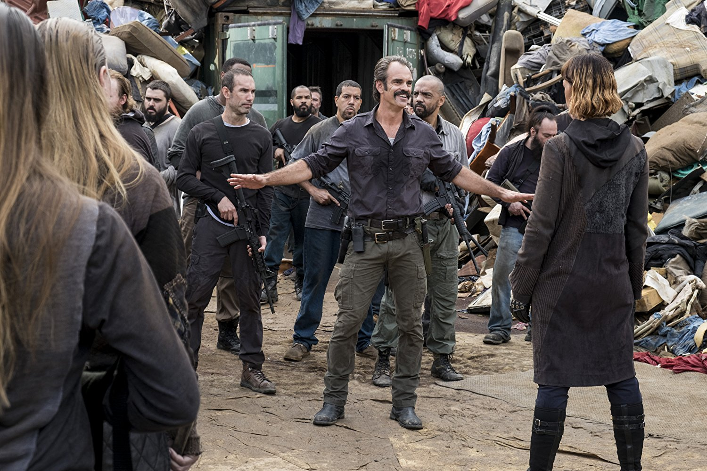 Simon y Jadis, en el episodio 8x11 The Lost and the Plunderers de The Walking Dead