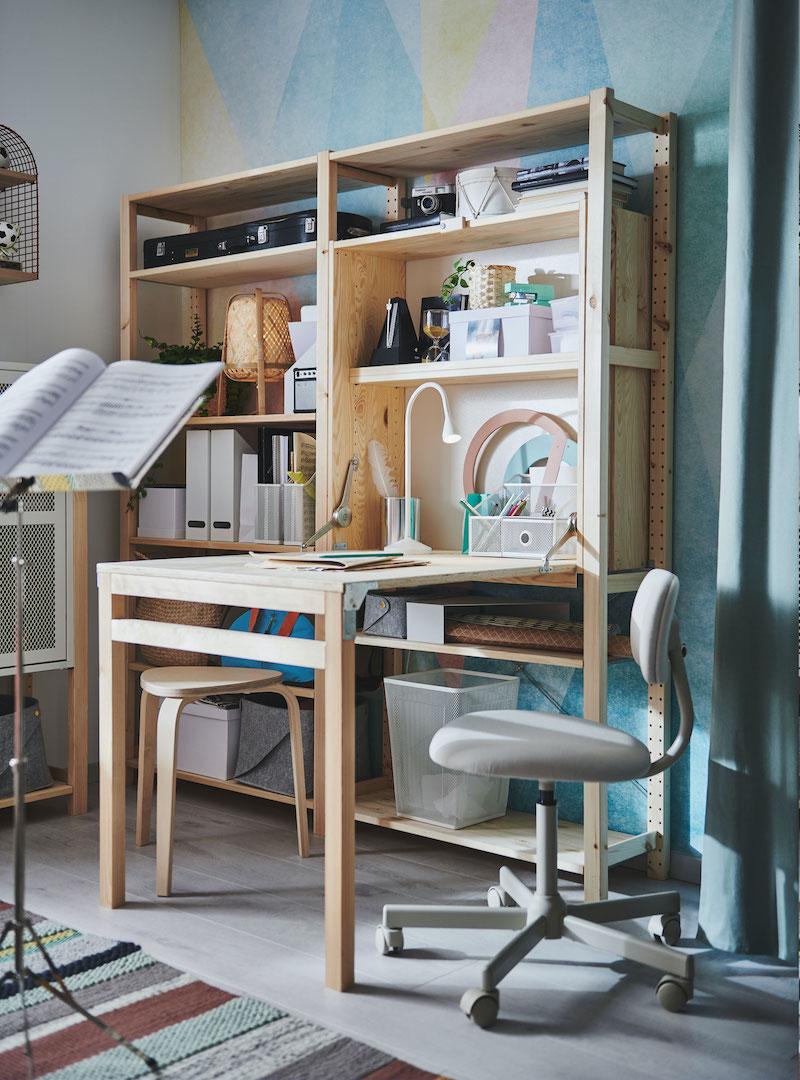 Escritorio y librería de pino de IKEA.