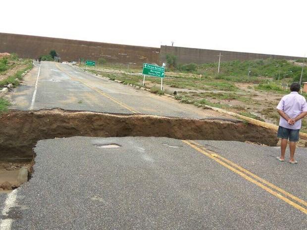 Chuva causa cratera de mais de cinco metros em estrada de Apodi