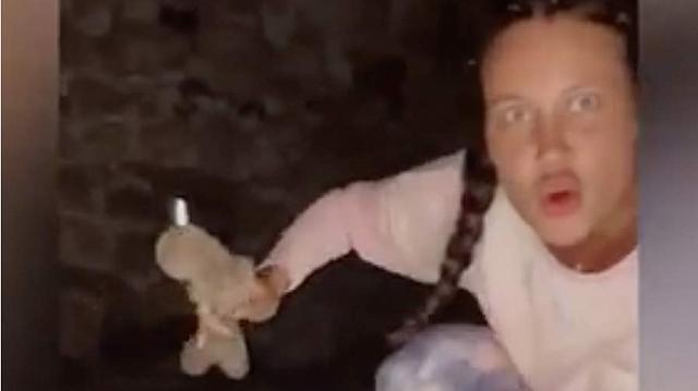 """Туристка надругалась над телами умерших в """"Городе мёртвых"""" в Северной Осетии"""