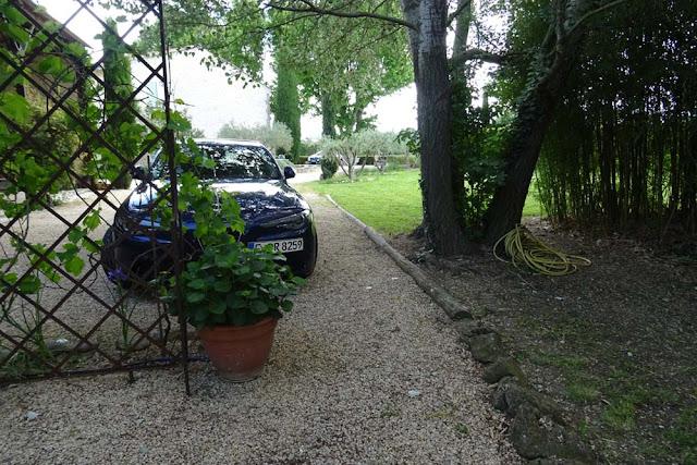 Blue Alfa Romeo Giulia, Kiesweg, Parkplatz, Bäume auf dem Grundstück in Mallemort