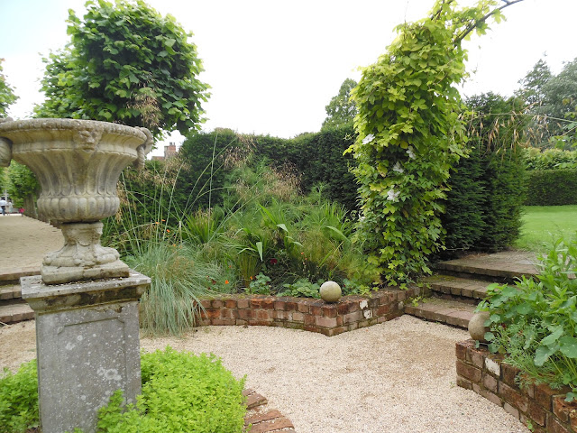 Sunken Garden ceglany murek w ogrodzie