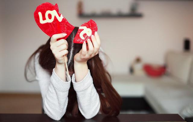 CARA MENGOBATI ORANG YANG SEDANG PATAH HATI   Cara mengobati orang yang sedang patah hati ini ada banyak cara yang bisa dilakukan untuk mengobatinya. Menurut Desain kecantikan sebagai pembuat artikel ini patahati adalah suatu jenis penyakit cinta yang timbulnya disebabkan karena kegagalan cinta. Ini bisa terjadi pada setiap orang dewasa yang sudah mengenal perasaan cinta, mungkin anda bisa jadi salah satunya. Kadang Cinta datang tanpa kita sadari dan pergi tanpa memikirkan perasaan dan hati. Tapi ada satu cinta yang akan membawa anda kedalam kebahagiaan yaitu cinta sejati.   Cinta sejati sering menjadi dambaan setiap orang karena dengan cinta ini kita pasti akan hidup bahagia dengan pasangan tercinta. Tapi untuk mendapatkan cinta ini banyak hal yang harus kita lewati untuk bisa meraihnya, dan hanya beberapa pasangan saja yang mampu mendapatkannya. Kebanyakan hanya di akhiri dengan patah hati dan putus di tengah jalan tanpa bisa meraih cinta sejati  Berikut beberapa cara untuk mengobati orang yang sedang patahati:   Bebaskan diri  Untuk mengobati orang yang sedang patah hati anda harus bisa membebaskan diri dari semua masalah yang datang melanda kehidupan anda buat hidup anda bebas tanpa terbelenggu sedikit mungkin. Memang patah hati sangat menyakitkan tapi anda tidak bisa diam saja di tempat meratapi masalalu yang telah berlalu. Maka untuk itu bebaskanlah diri anda mulailah berkreasi, tatap kedepan raih kesuksesan dan lupakan masalalu, buang patah hati anda sejauh mungkin .  Lulupakan masa lalu  Jika anda ingin mengobati patah hati yang anda rasakan maka anda harus melupakan masalalu, masalalu memang sangat sulit untuk di lupakan terlebih itu suatu kenangan yang indah, tapi jika kenangan itu menjadi penghambat anda untuk maju maka lupakanlah. Karena tidak baik kita mengingat masalalu yang kelam meskipun pernah menjadi kenangan terindah, jangan biarkan diri anda diam di tempat sedangkan orang di sekitar anda maju terus ke depan. maka lupakanlah masalalu bersama patah
