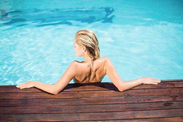 loiro cabelo piscina verão